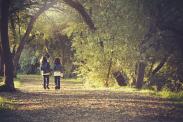 Afbeelding van Pixabay (https://pixabay.com/en/children-kids-play-path-sweet-839789/) CCO 1.0 (https://creativecommons.org/publicdomain/zero/1.0/deed.en)