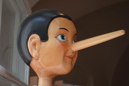 Afbeelding van Schwerdhoever, op pixabay (https://pixabay.com/en/pinocchio-nose-lying-nose-long-lie-2917652/) CC0 1.0(https://creativecommons.org/publicdomain/zero/1.0/deed.en)