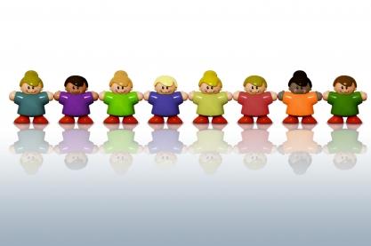 Poppetjes met verschillende huidskleuren op 1 rij