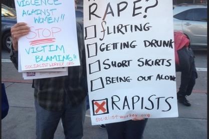 Twee activisten met borden over victim blaming